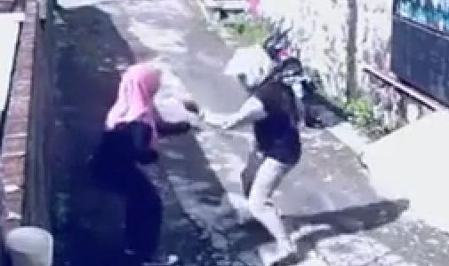 Woman steals thief's scooter after he mugs her. Malaysian woman turns the tables on mugger and escapes on his scooter after he snatches her bag and runs off. Woman Wins! […]