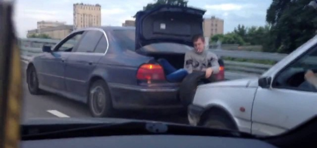 Only in Russia: Towing a car without a rope is possible. We all know that in mother Russia everything is done differently, the towing service i not an exception.